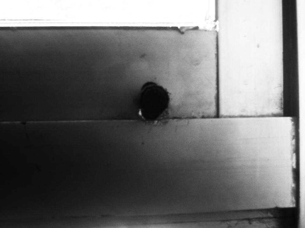 """""""Ce qu'il reste du système d'ouverture, aujourd'hui vétuste, d'une des fenêtres de ma classe"""". Photo : Charlotte Magri."""