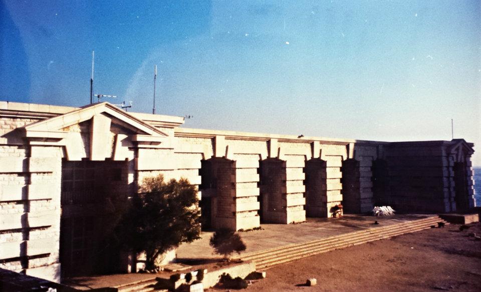 Le bâtiment principal en activité dans les années 1990. Sur le toit, les équipements de la station météo. - Archives de la Ville de Marseille