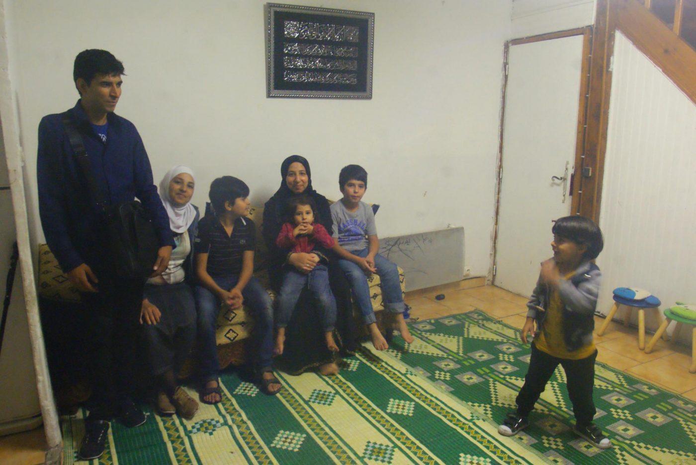 Yasmine (au centre) entourée de sa famille.