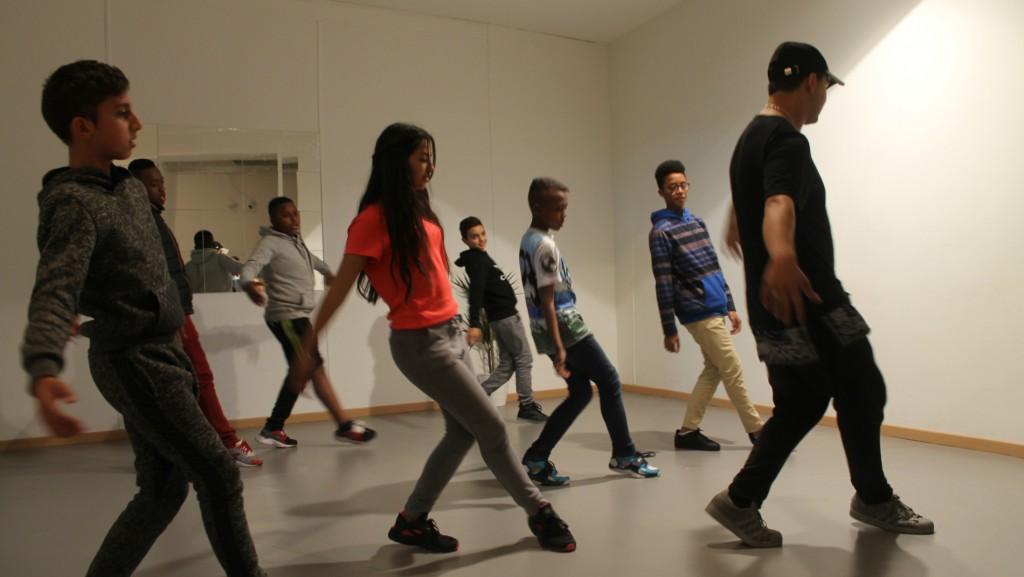Un groupe de jeunes habitants de Noailles s'initient à la danse hip-hop dans le nouveau local de Dunes.