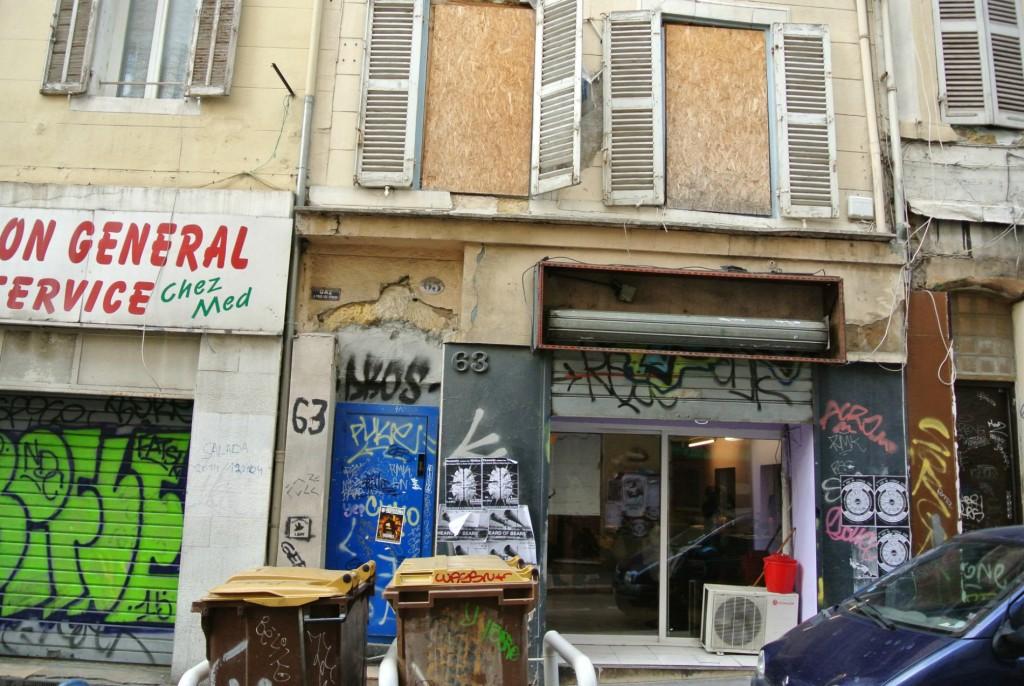 Le 63 de la rue d'Aubagne attend encore la fin de sa réhabilitation.