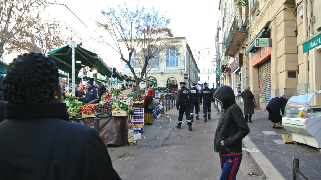 Une patrouille de police, place des Capucins.