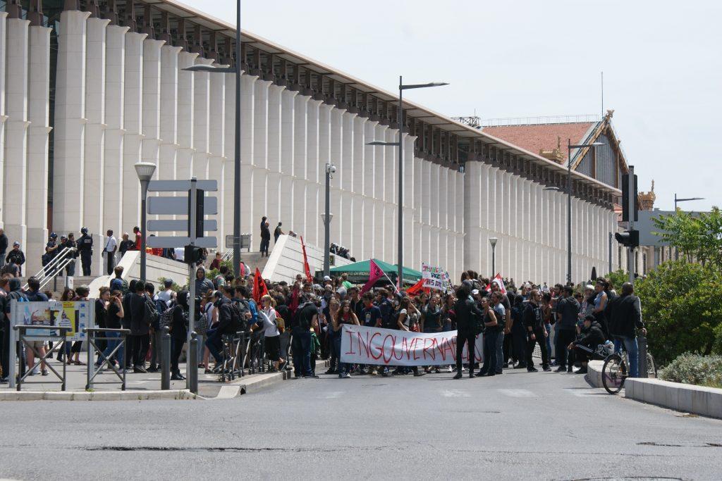 Une partie des manifestants quittent la Joliette pour Saint-Charles.