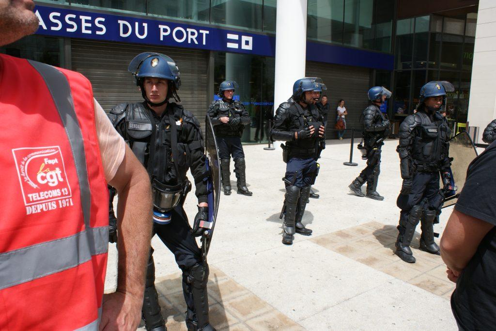 Les CRS en faction devant l'entrée des Terrasses du port, bloquées par la CGT.