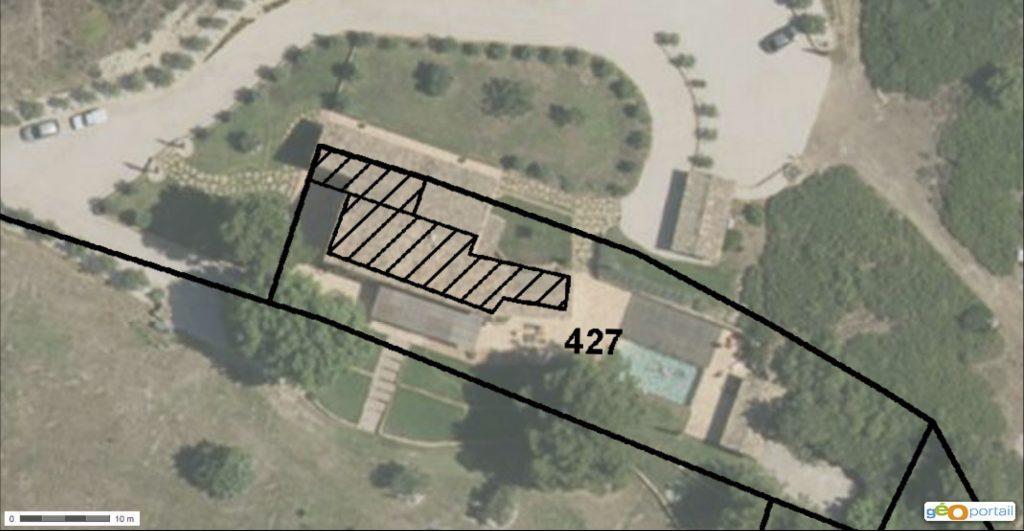Seule la parcelle n°427 appartenait à Marlène Picon-Prosperi. Le bâtiment et les aménagements alentours débordent clairement.