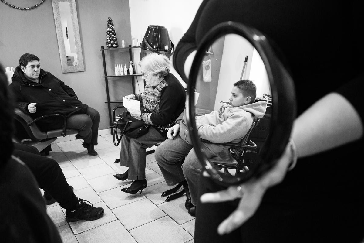 Dans un salon de coiffure pour dames marsactu - Fauteuil dans un salon de coiffure pour dames ...