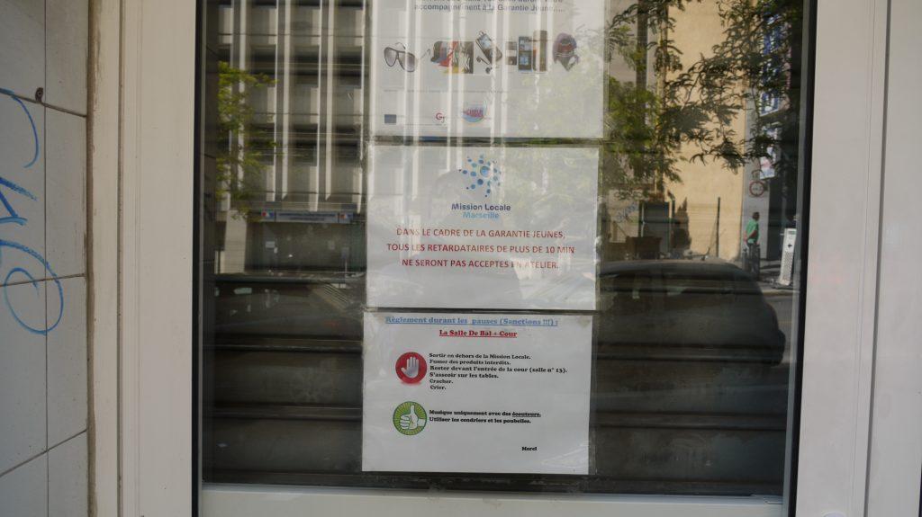 Sur la porte des locaux, avertissements à l'intention des jeunes suivis par la mission locale dans le cadre de la Garantie Jeunes.