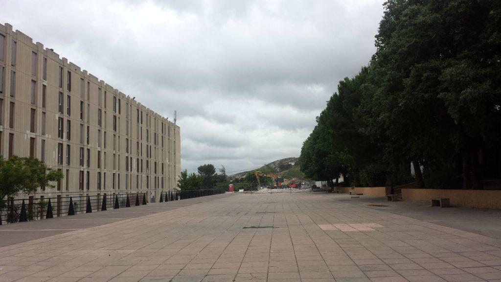 La place de la Tartane après la destruction du bâtiment G. ( Image L.Castelly)