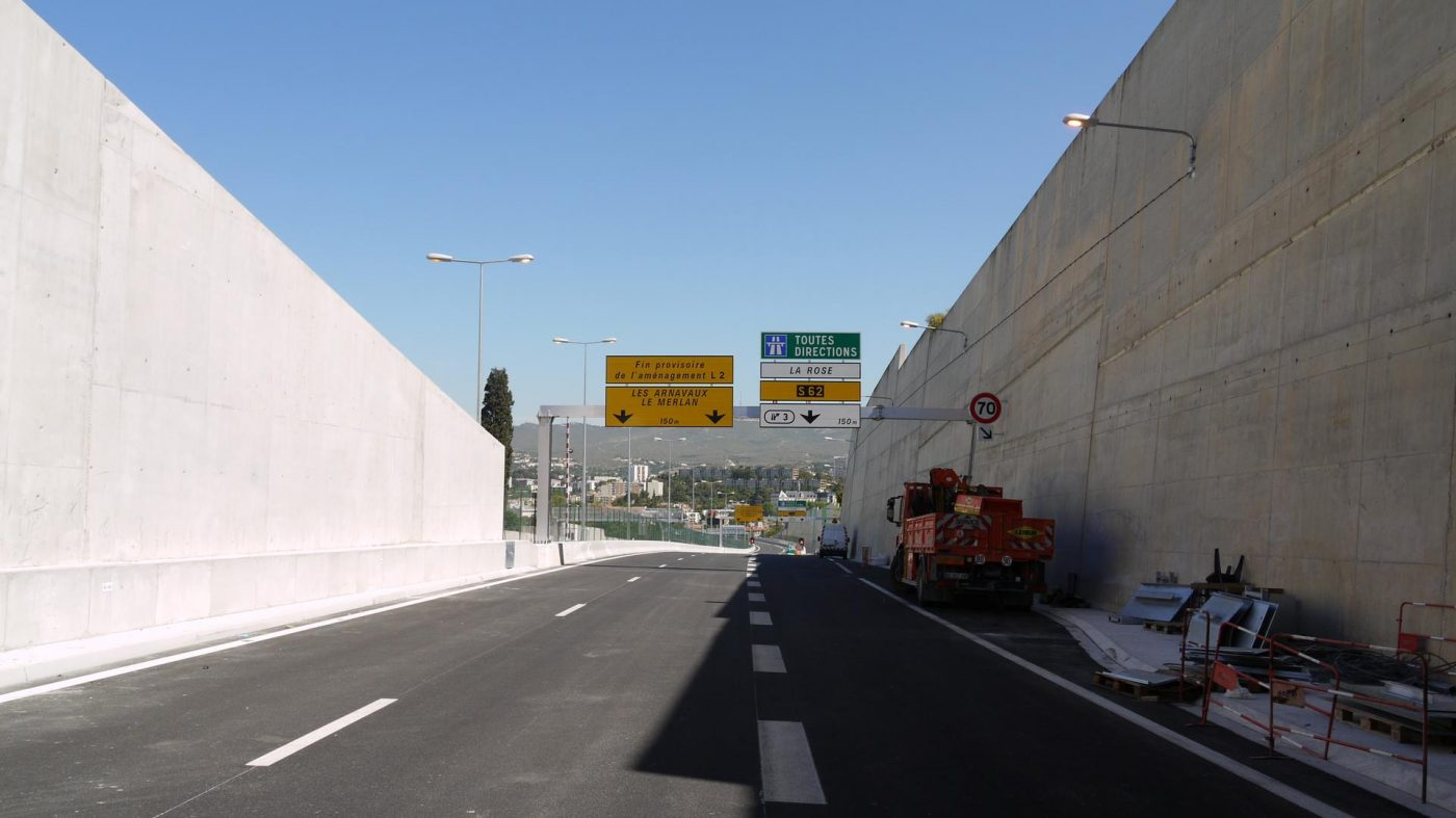 Fin provisoire de l'aménagement L2. Le panneau jaune est provisoire en attendant la livraison de la L2 Nord en 2018.