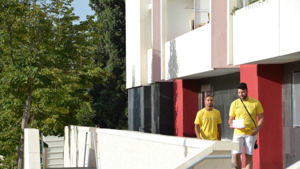 Deux évacuateurs terminent leur tournée du bâtiment A.
