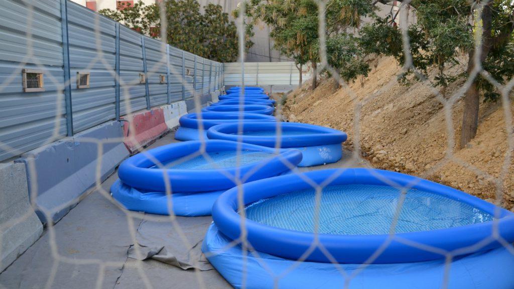 Les piscines sont censées créer un mur d'eau.