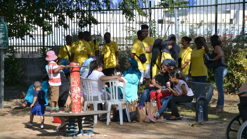 Les évacuateurs rejoignent les évacués autour d'un petit déjeuner.