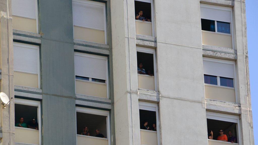 Les voisins admirent le spectacle depuis leurs fenêtres.