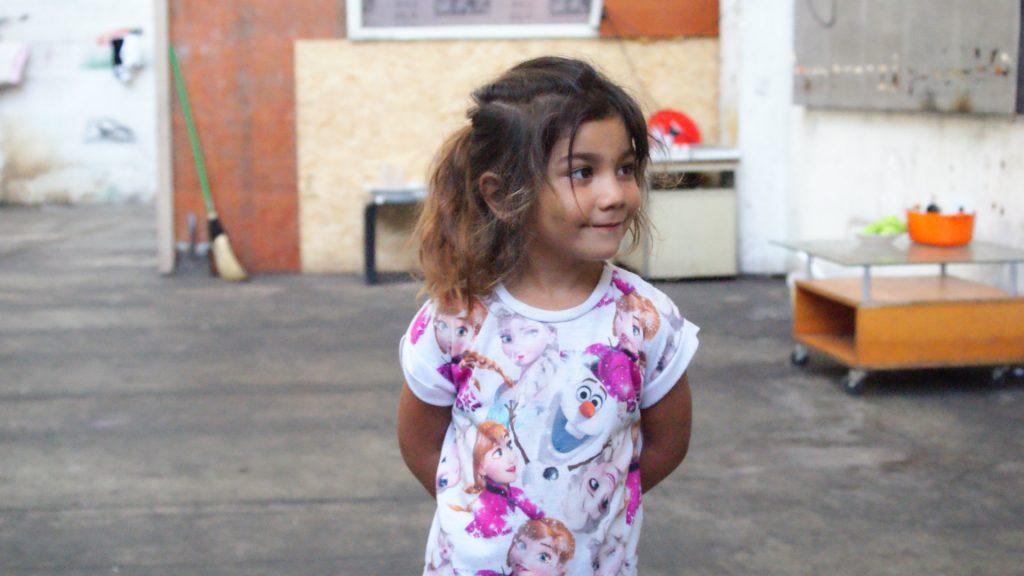 Une des filles de Pitsu, dans le bâtiment désaffecté où sont installées 20 familles. (crédits LC)
