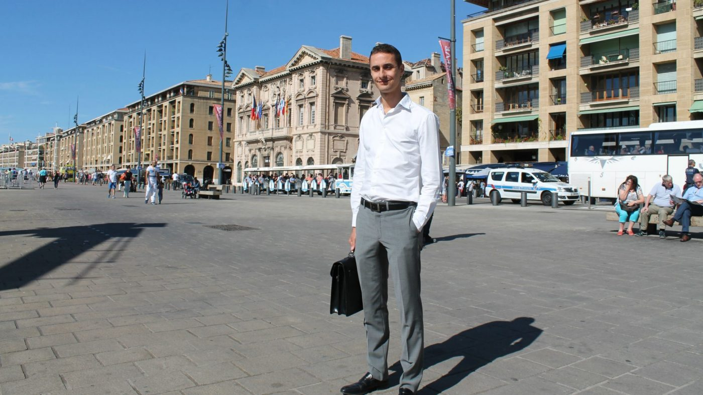 Antoine Maggio pose devant la mairie de Marseille.