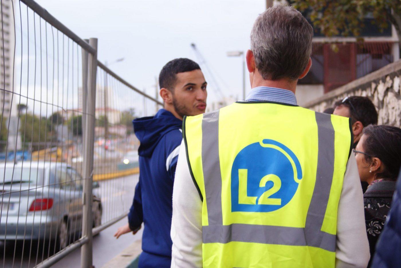 Inouk Moncorgé, directeur de la SRL2, échange avec des habitants.