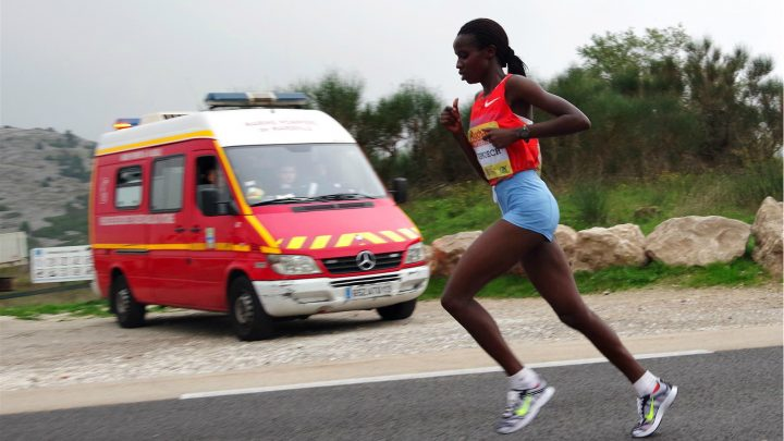 Une coureuse lors du Marseille-Cassis 2013 - Flickr/Akunamatata