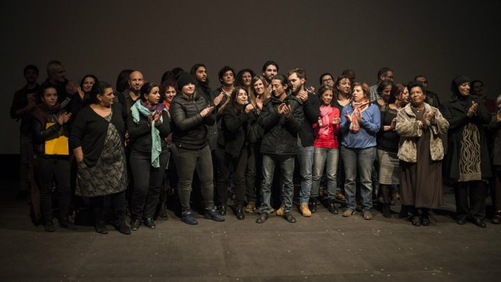 La réalisatrice Bania Medjbar entourée de son équipe de comédiens à l'Alhambra. Photo : Yohanne Lamoulère.