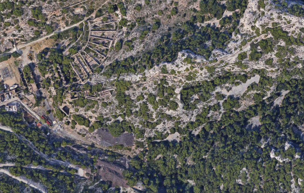 Vue aérienne de l'usine de l'Escalette. Les crassiers noirs, sont bien visibles en bas à gauche.