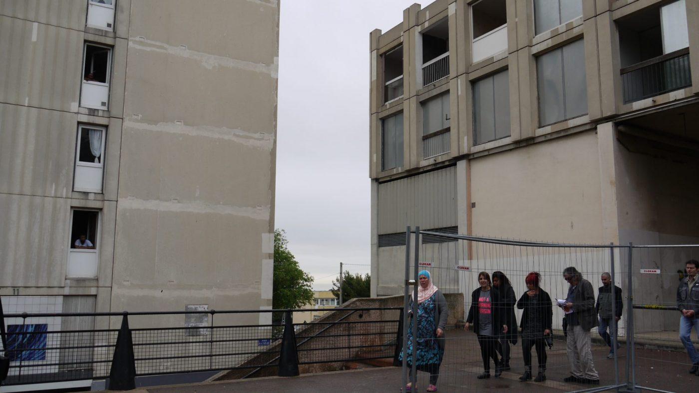 Des habitants sur la place de la Tartane, juste avant la démolition du bâtiment G, le 11 mai 2016. (LC)