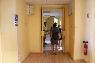 Déambulation dans les multiples couloirs du bâtiment. Crédit photo : Marsactu