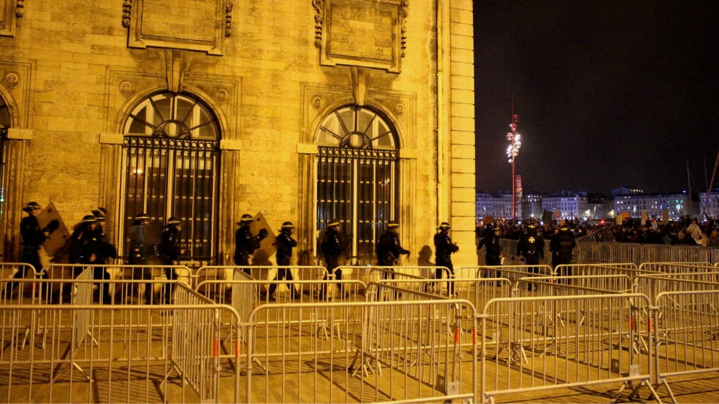 Violences à la marche de la colère, manifestants et policiers se rejettent la faute
