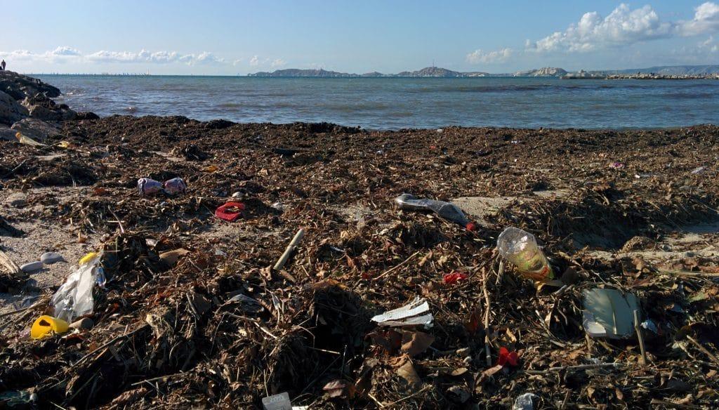 Pollution déchets plage Marseille