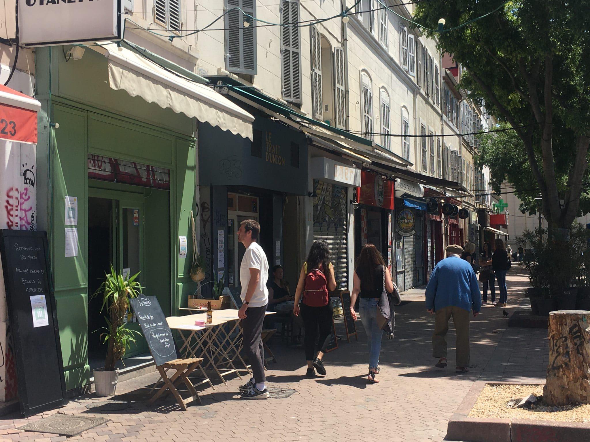 Sur le Cours Julien, des restaurants proposent de la vente à emporter en attendant la réouverture, alors que d'autres gardent le rideau fermé. Photo : MA